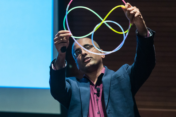 Akshay Venkatesh gives a demonstration of a mathematical knot
