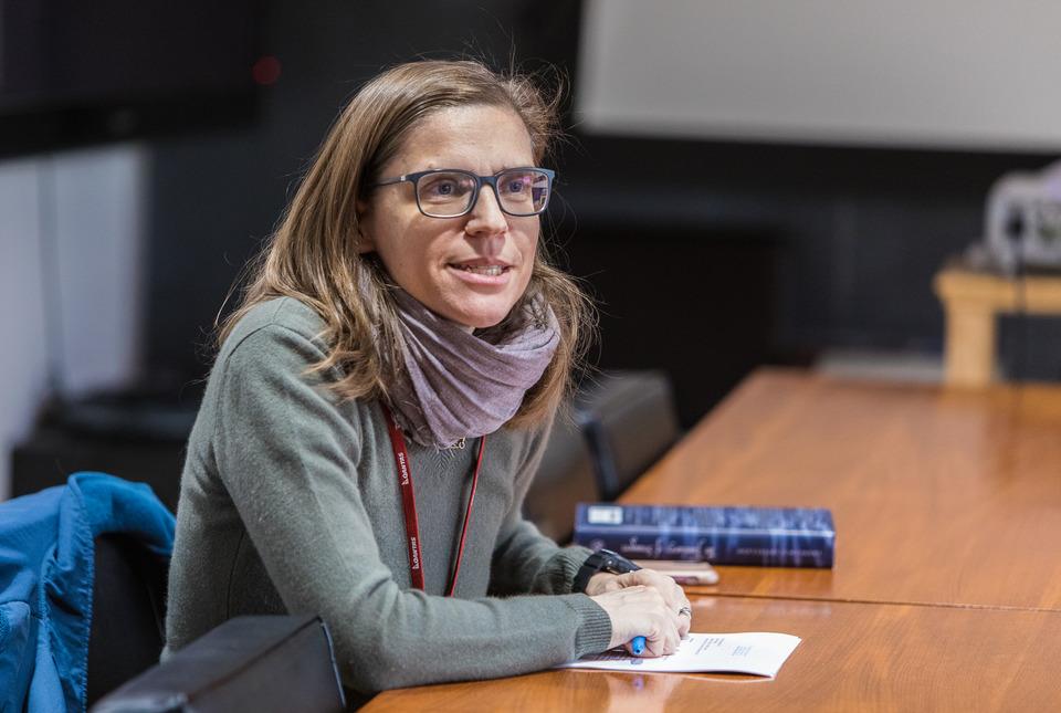 Professor Francesca Trivellato leads a seminar on Early Modern European history at IAS